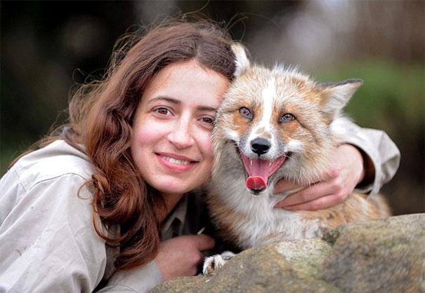 Kiskutyának képzeli magát a befogadott árva róka