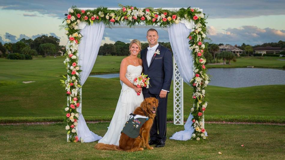 Hűséges kutyája kísérte oltárhoz a sérült veteránt