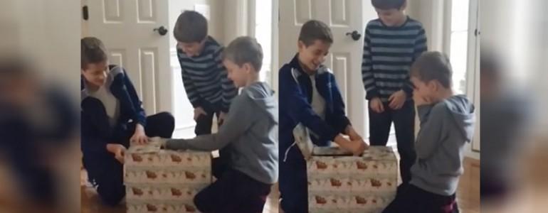 Könnyekben tör ki a három testvér, mikor megkapták életük legszebb ajándékát