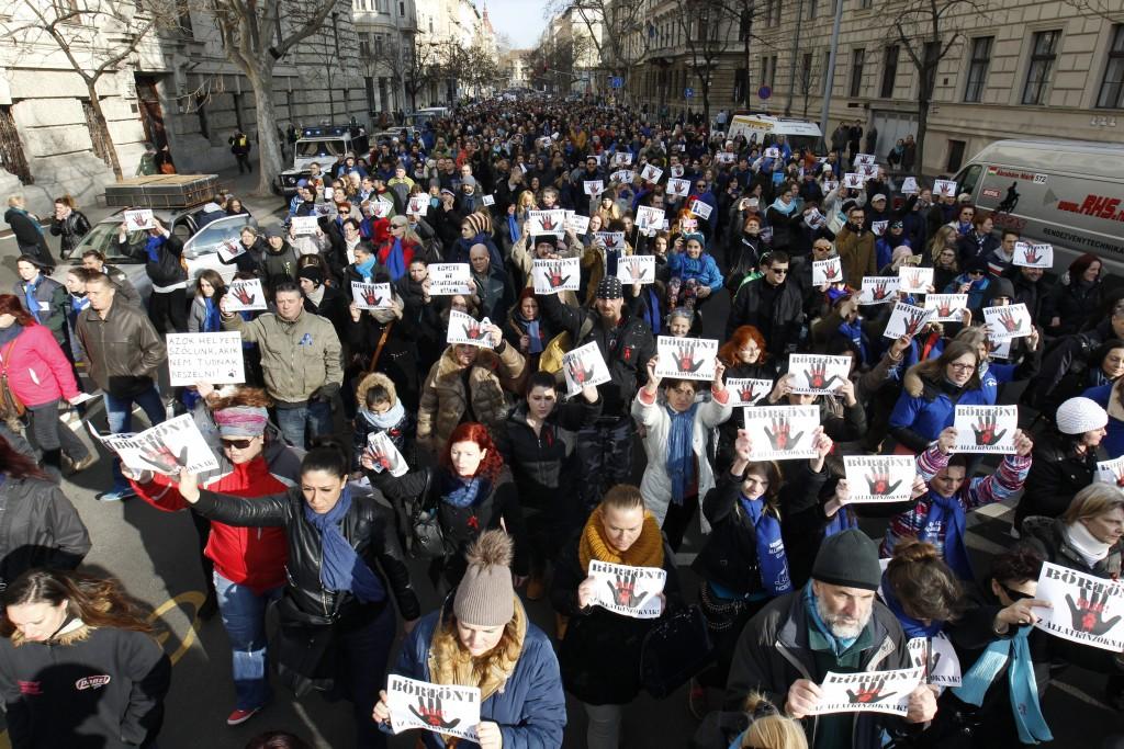 Budapest, 2016. február 20. Az állatkínzás ellen tüntetnek civilek Budapesten 2016. február 20-án. A több mint száz állatvédõ szervezet és több ezer ember a Nyugati térrõl vonult át a Parlament elé, ahol a demonstráció végén a szervezõk átnyújtják az Országgyûlés mezõgazdasági bizottsága képviselõjének azt a törvénymódosító javaslatot, amely az állatkínzás büntetésének szigorítását tartalmazza. MTI Fotó: Szigetváry Zsolt