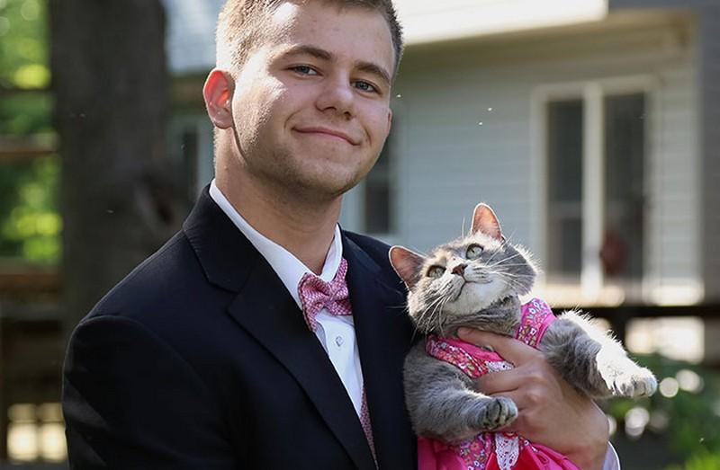Nem jött össze a randija, ezért macskájával ment az iskolai bálba ez a srác